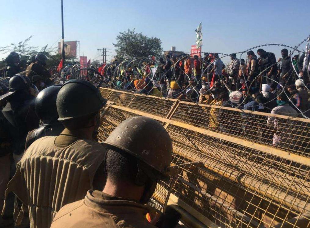 莫迪政府捅到马蜂窝!大量印度人涌向首都,有人被烧死引轩然大波