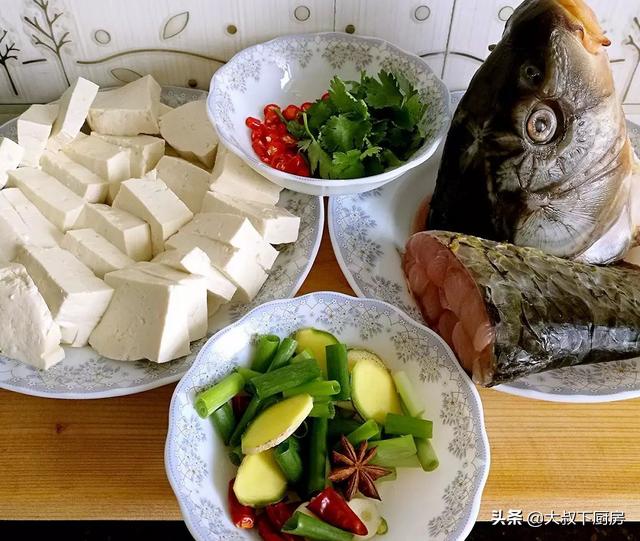 地道山西菜,大叔教你鲤鱼头炖豆腐,香气扑鼻,鲜嫩味美,超好吃