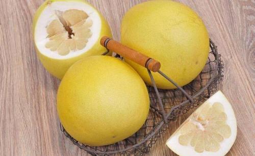 """柚子是""""天然水果罐头"""",可买红心还是白心的?别和一种物质同吃"""