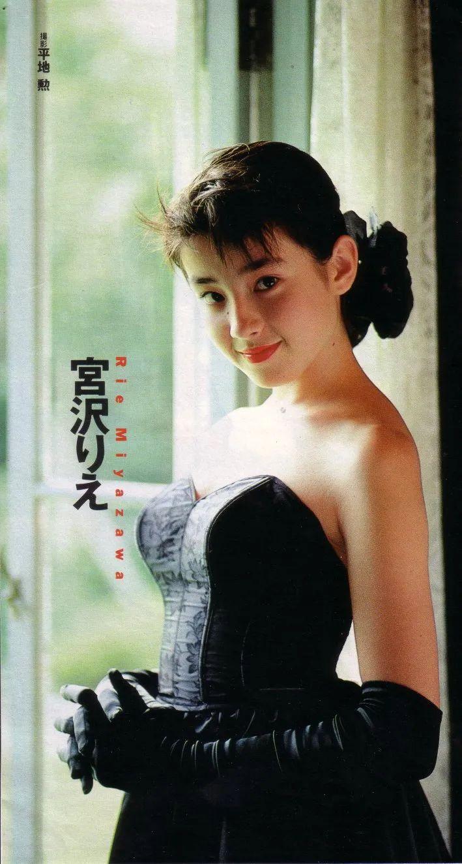 17岁被母亲逼拍性感照陪睡,日本美女宫泽理惠走红艰辛