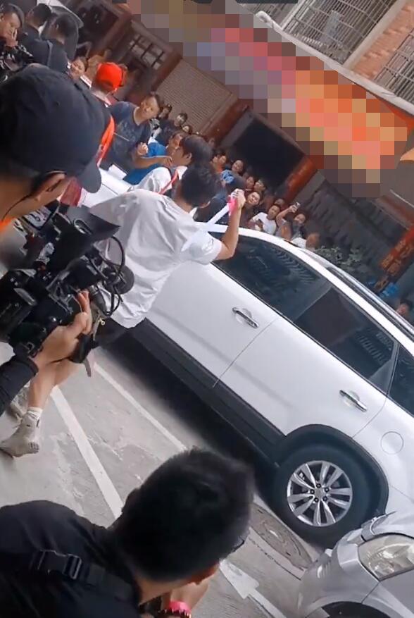 陈赫背编织袋录节目,邓超搂着鹿晗好甜,滤镜下鹿晗美成小仙女