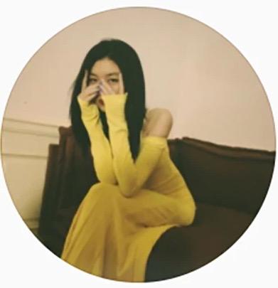 王菲14岁女儿李嫣近照太成熟,化浓妆穿露肩修身裙,眼神撩人