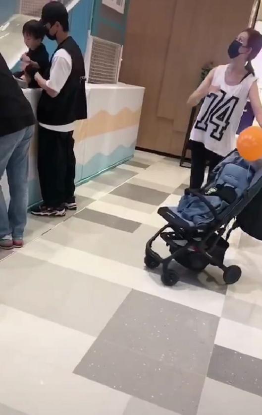 蔡少芬夫妇带儿子游玩被偶遇,张晋蹲地上给老婆儿子拍照,超幸福