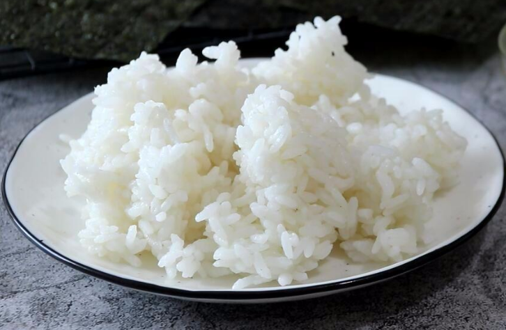 做蛋炒饭时,鸡蛋和米饭哪个先炒?牢记正确做法,米粒金黄又分明