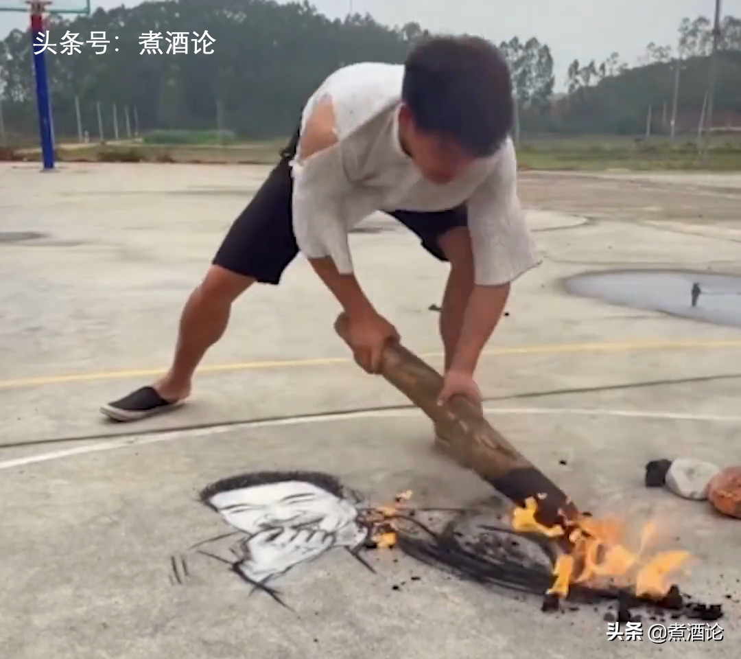 97年小伙用烧火棍画吴孟达头像致敬:达叔带来的欢笑将长留人间