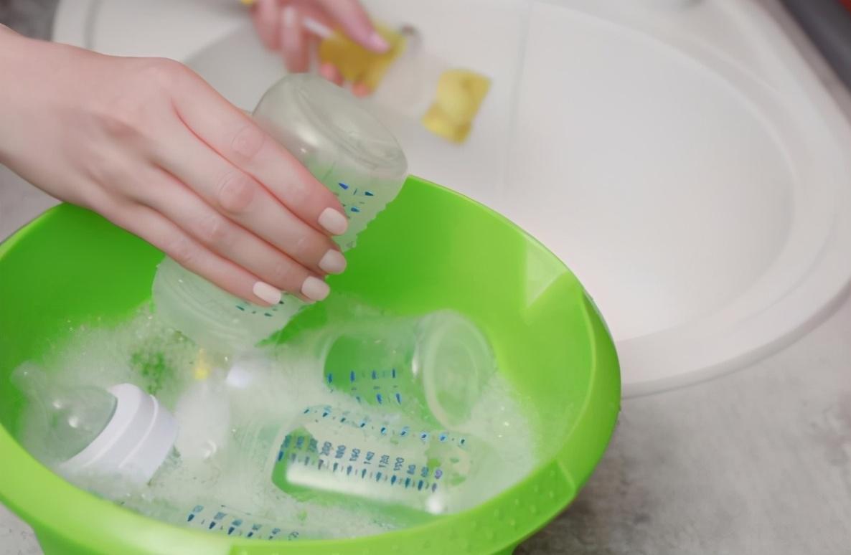 """有种""""偷懒""""叫父母用开水烫奶瓶,自己方便了,孩子却被""""坑了"""""""