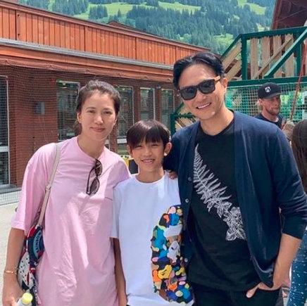 袁咏仪儿子14岁和爸爸一样高了?提醒一下:张智霖身高180