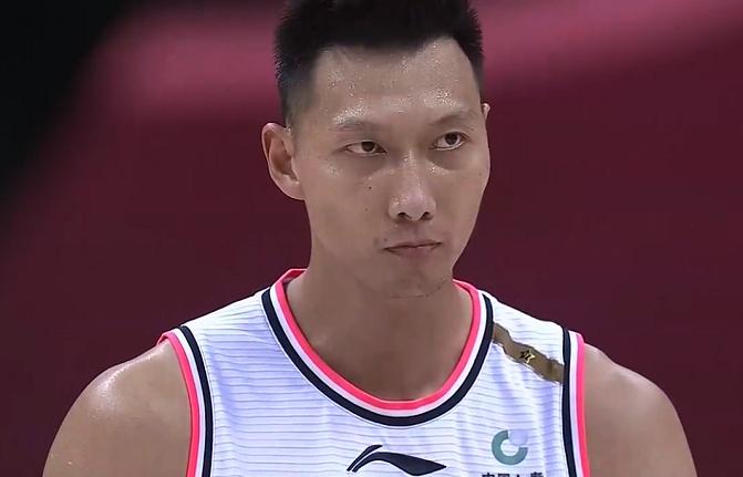 令人动容!易建联复出参与对抗训练表决心,要为中国篮球再拼一次