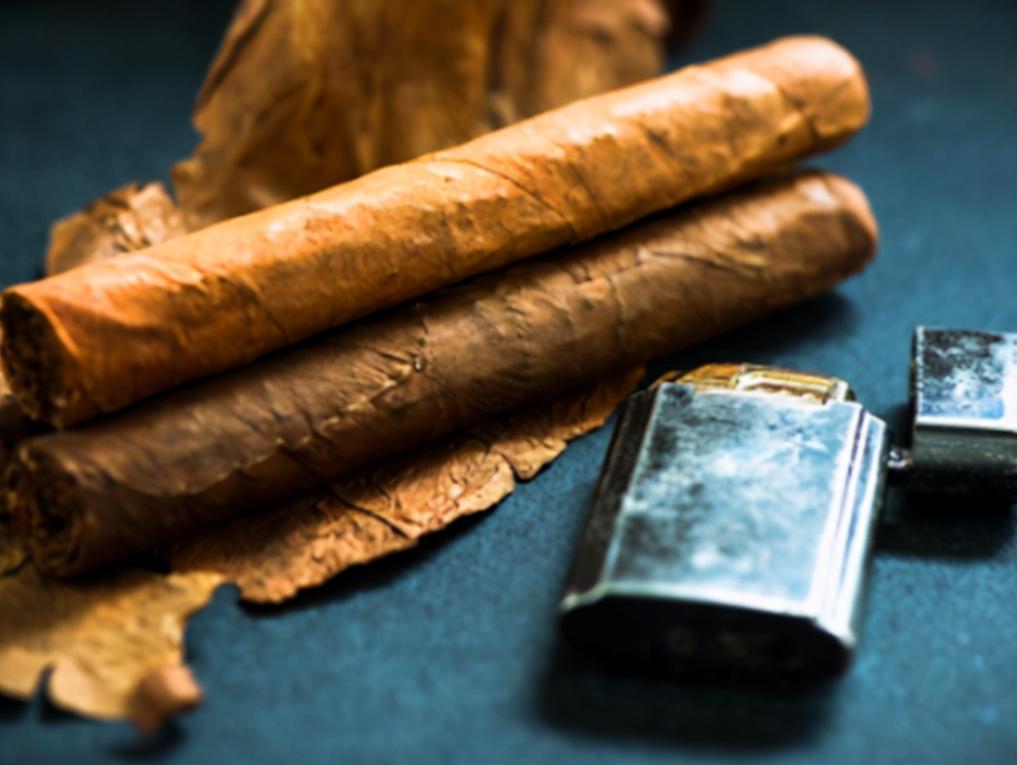 毛主席遞煙給老友,煙盒僅剩一根菸,主席一折兩半:你看這樣行不