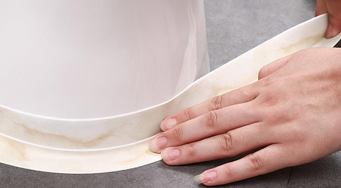 玻璃胶用久了发霉会滋生细菌?别用钢丝球擦,教你2招,轻松除霉