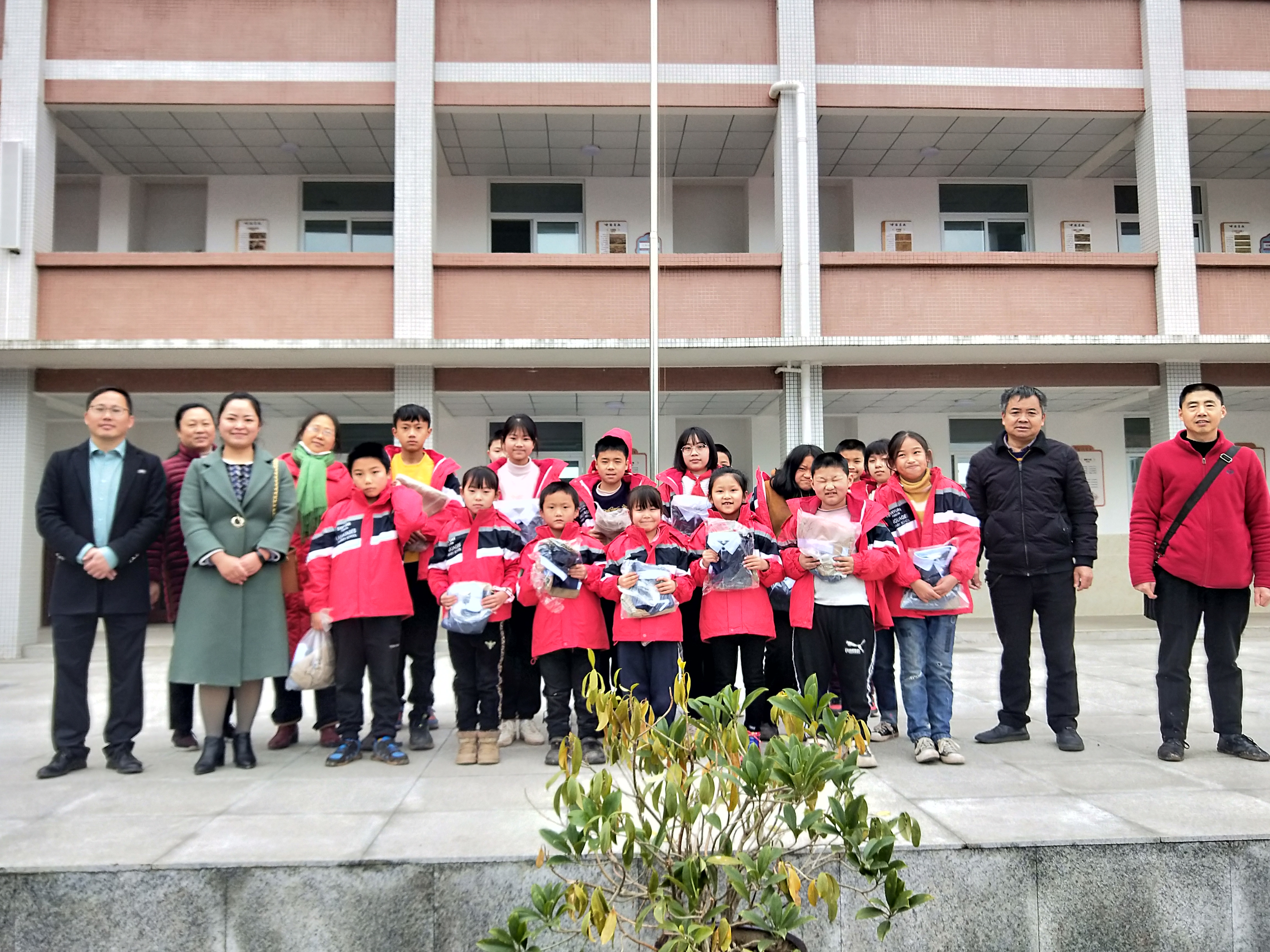 银彤教育集团向乡村小学捐赠校服