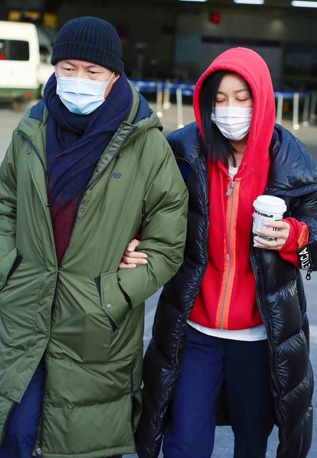 那英夫妇罕见合体!红绿情侣装高调亮相,53岁老公素颜比她白