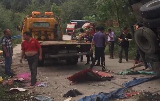 货车侧翻埋压捡蒜瓣群众致8死11伤,官方通报事发经过