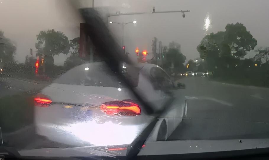 男子开车插队不成,竟下车敲车窗骂人,还叫嚣:我烂命一条!