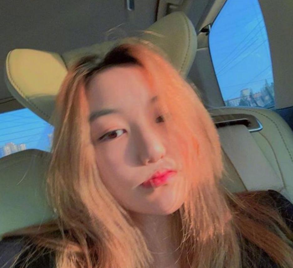 王菲女儿李嫣摆摊义卖,14岁打扮过于成熟,网友:像个不良少女