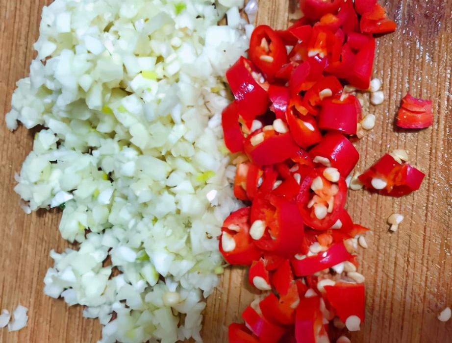 凉拌黄瓜时,切完不可直接拌,大厨教我1招,脆爽入味更清爽 美食做法 第3张