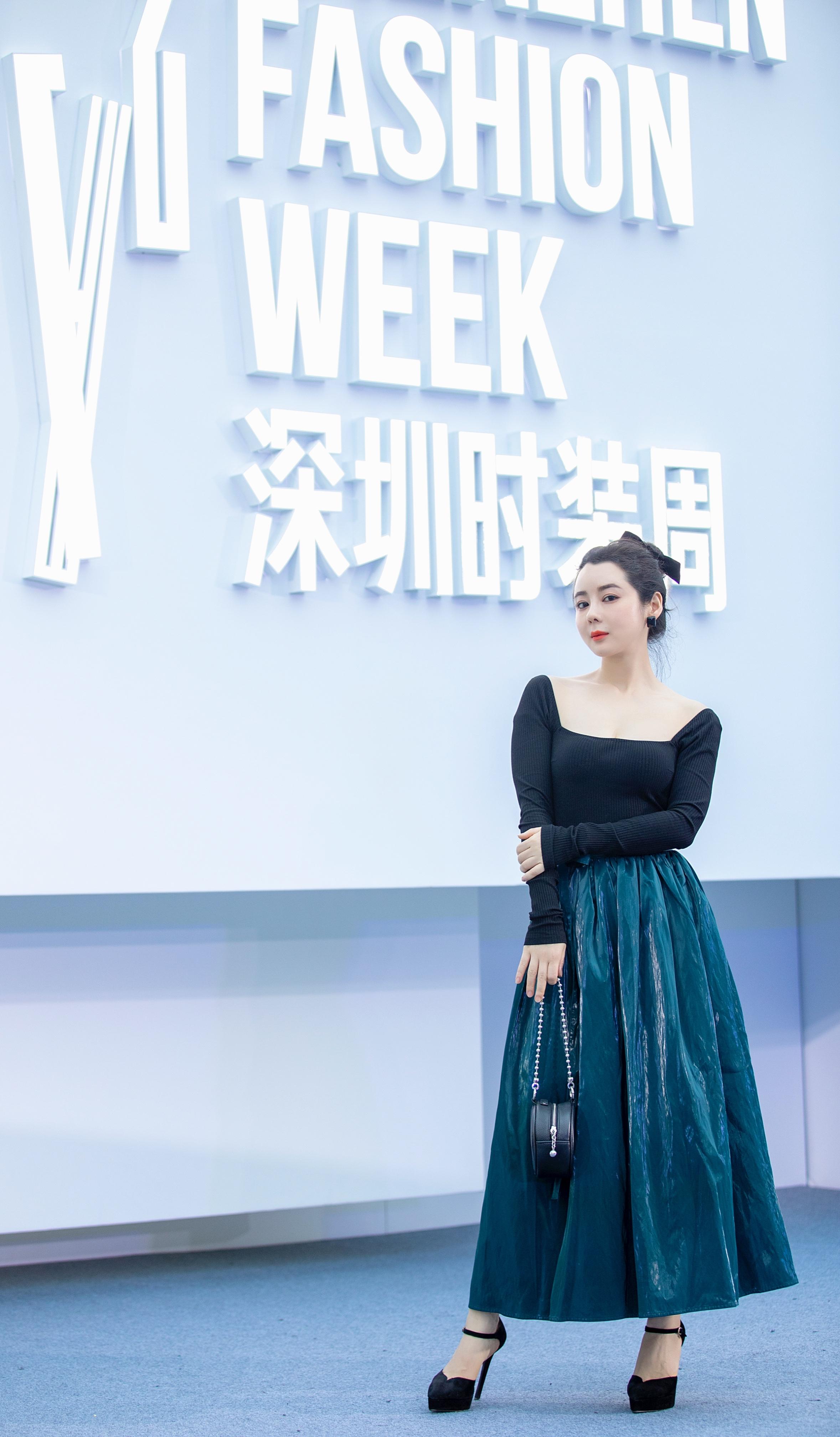 清纯女神柯黎出席深圳时装周,引发媒体关注