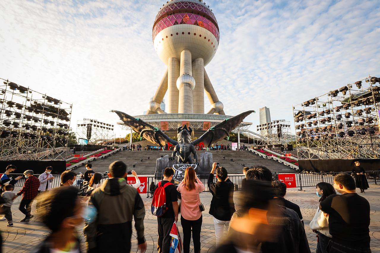 英雄联盟远古巨龙实体雕塑降临东方明珠塔,引燃全球总决赛激情