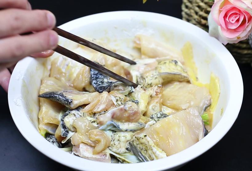 做鱼丸剩下的鱼头不要丢,大厨教你一种做法,香辣好吃又下酒 美食做法 第4张