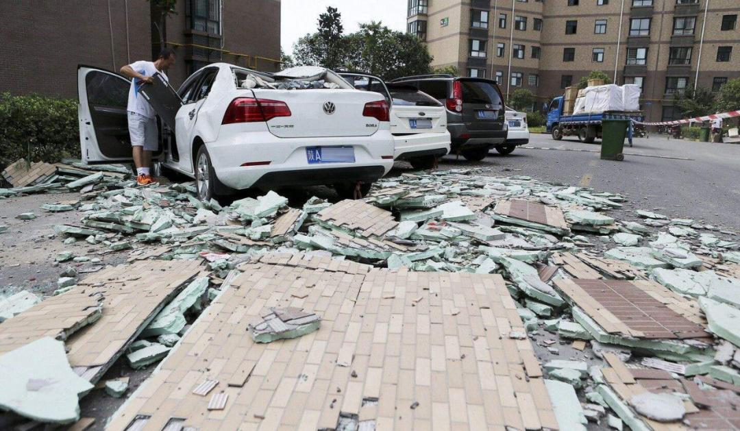 郑州一小区外墙保温大面积脱落!楼下十多辆车被砸坏