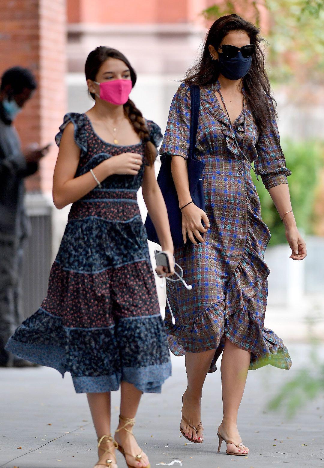 阿汤哥14岁女儿好靓!穿金色绑带鞋逛街,一身民族风打扮随妈
