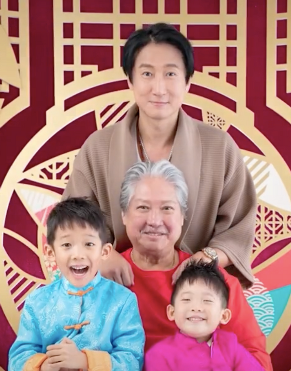 69歲洪金寶與兒孫同框,身材乾癟頸紋明顯,因賣力拍戲坐上輪椅