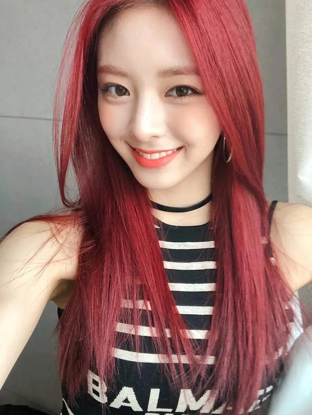 看她这一头红发,不就是现实版的人鱼公主吗?
