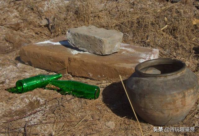 """古墓挖出""""啤酒盖"""",网友质疑是盗墓贼丢下的,专家:是文物"""