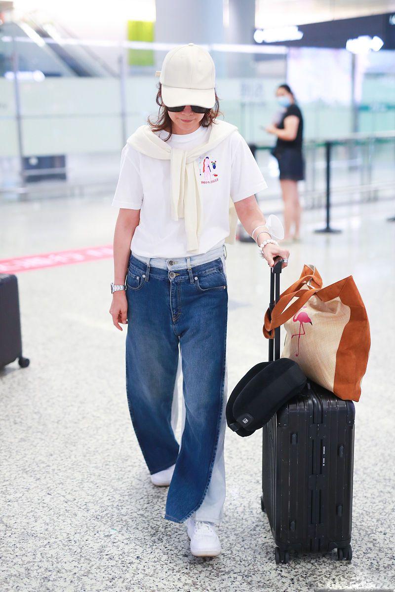 """海清""""减法穿搭""""时髦又减龄,平底鞋配裤装有亮点,开春穿真美"""