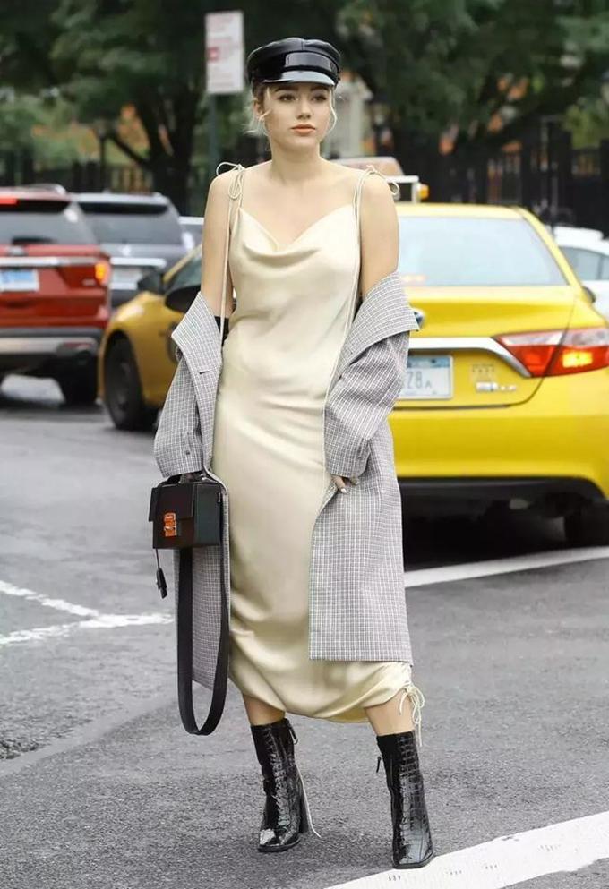 风衣里面穿裙子,比阔腿裤好看多了,气质很出众
