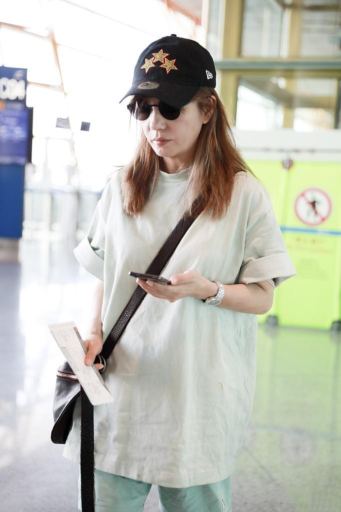 赵薇真是有颜任性了,穿大T恤配个大裤衩来走机场,全靠气质硬撑