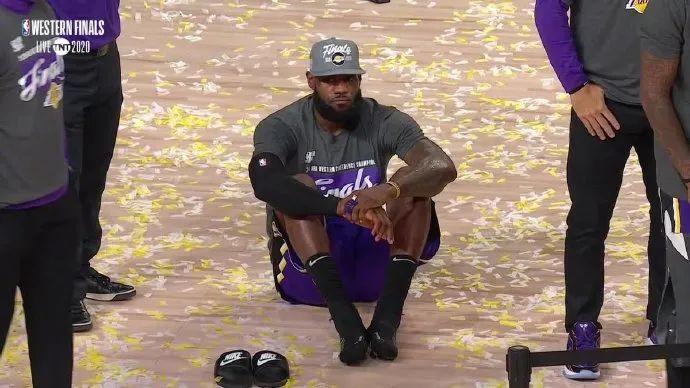 38+16+10!詹姆斯杀死比赛!颁奖时,他累到瘫坐地板……