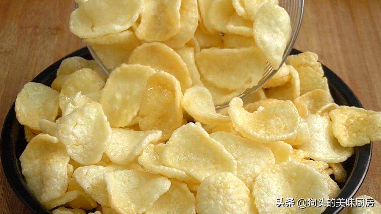 想吃薯片不要买了,用4个土豆做一锅,20秒出锅,放一个星期还脆 美食做法 第1张