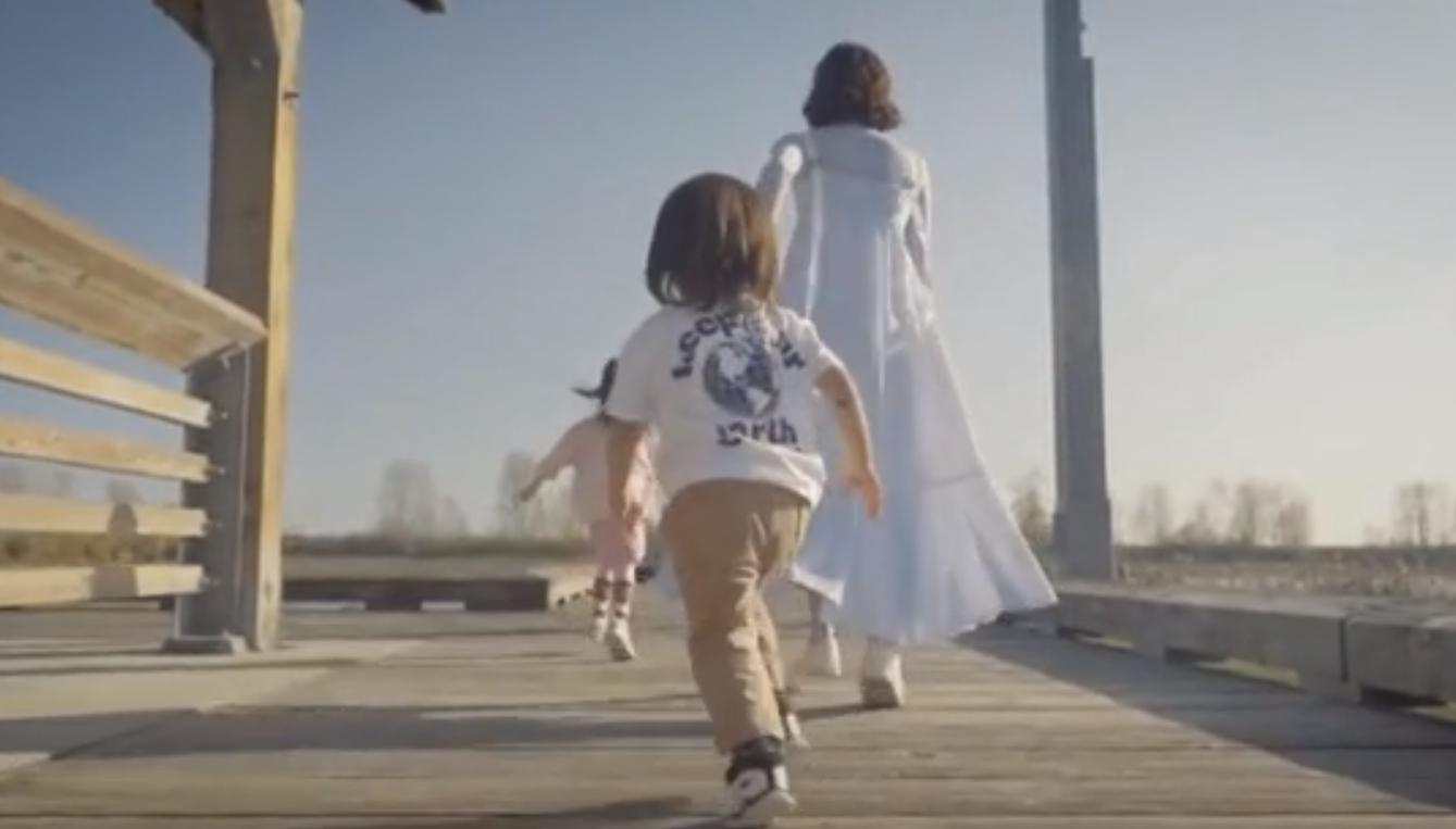 鍾嘉欣拍母親節MV,父母老公子女出鏡,三代同堂牽手散步溫馨感人