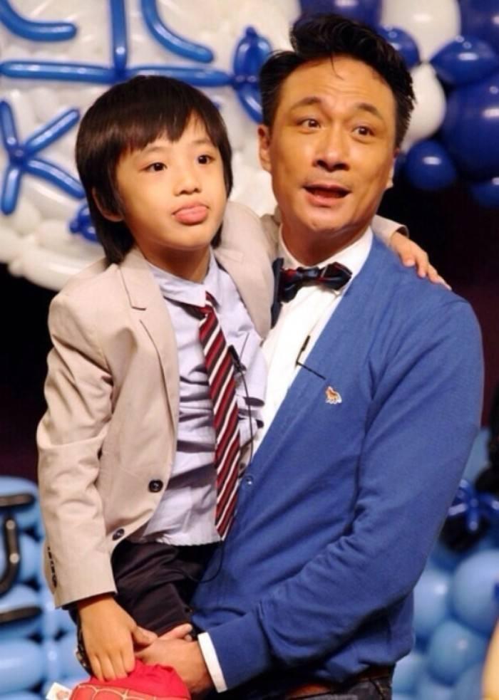 吴镇宇与王丽萍结婚17年当年承诺一一兑现,赚钱养家带孩子一人扛