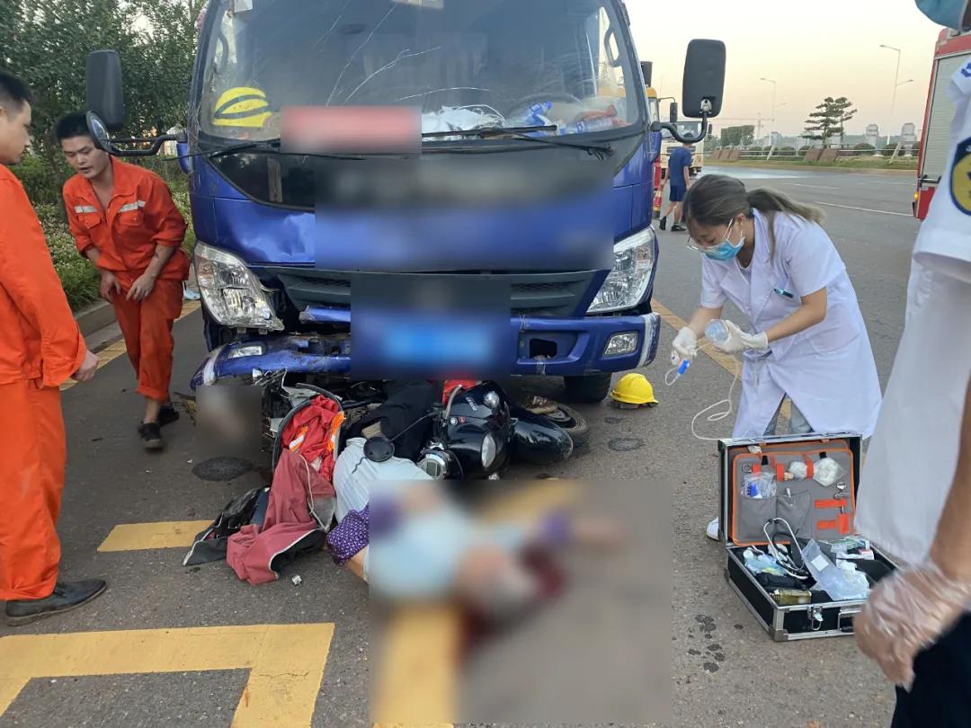 老人被货车撞倒,大量出血!消防紧急救援!