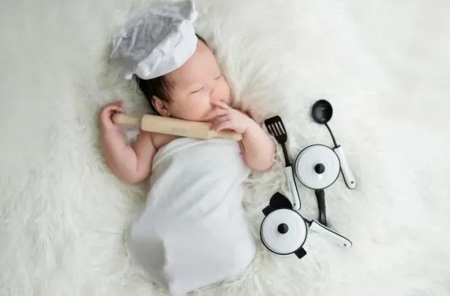 郑恺苗苗给女儿拍百天照,一家三口画面温馨,小宝宝配合度十足