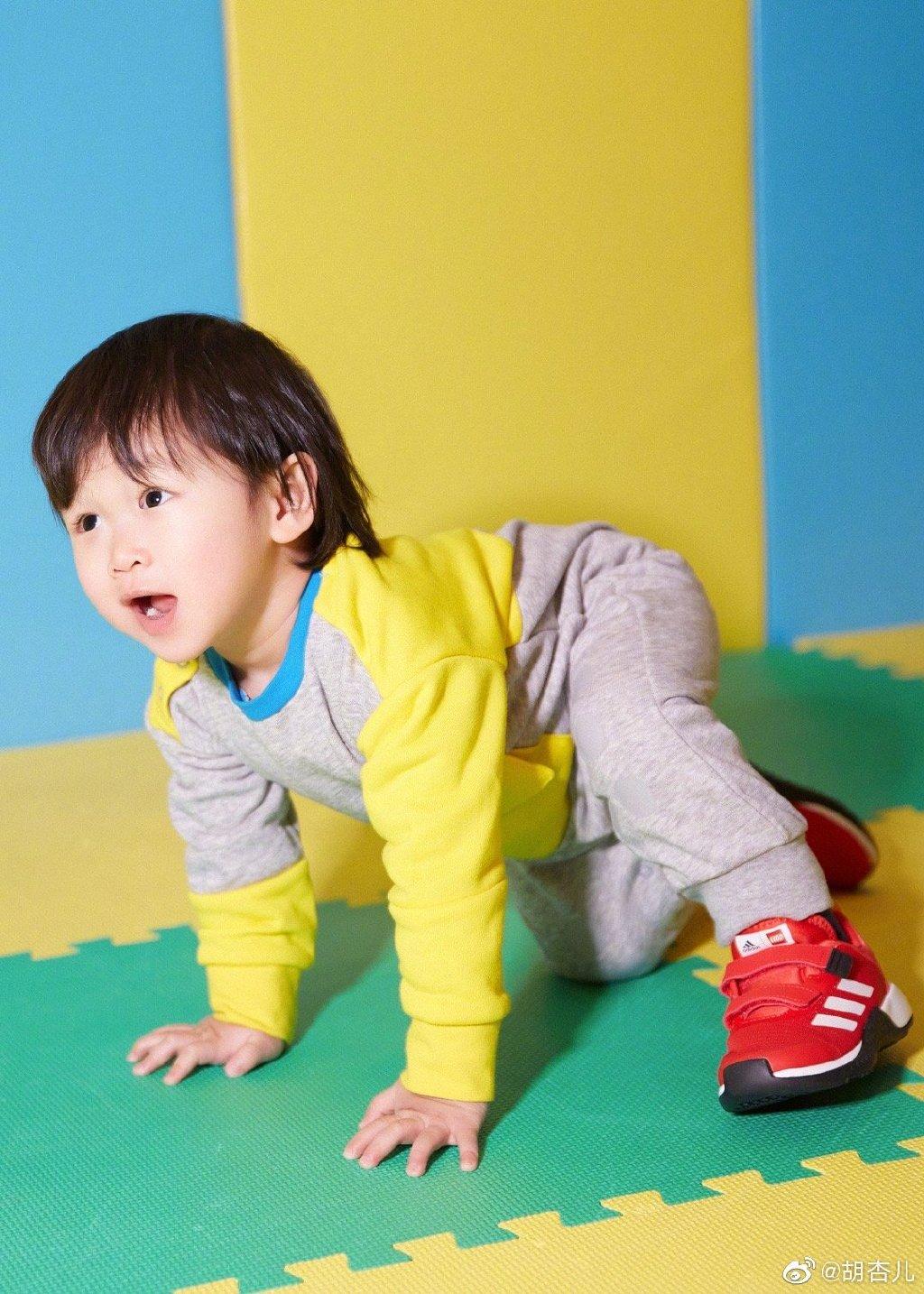 胡杏儿带小儿子玩游乐场,1岁半李奕霖痞帅大气,比哥哥有明星相