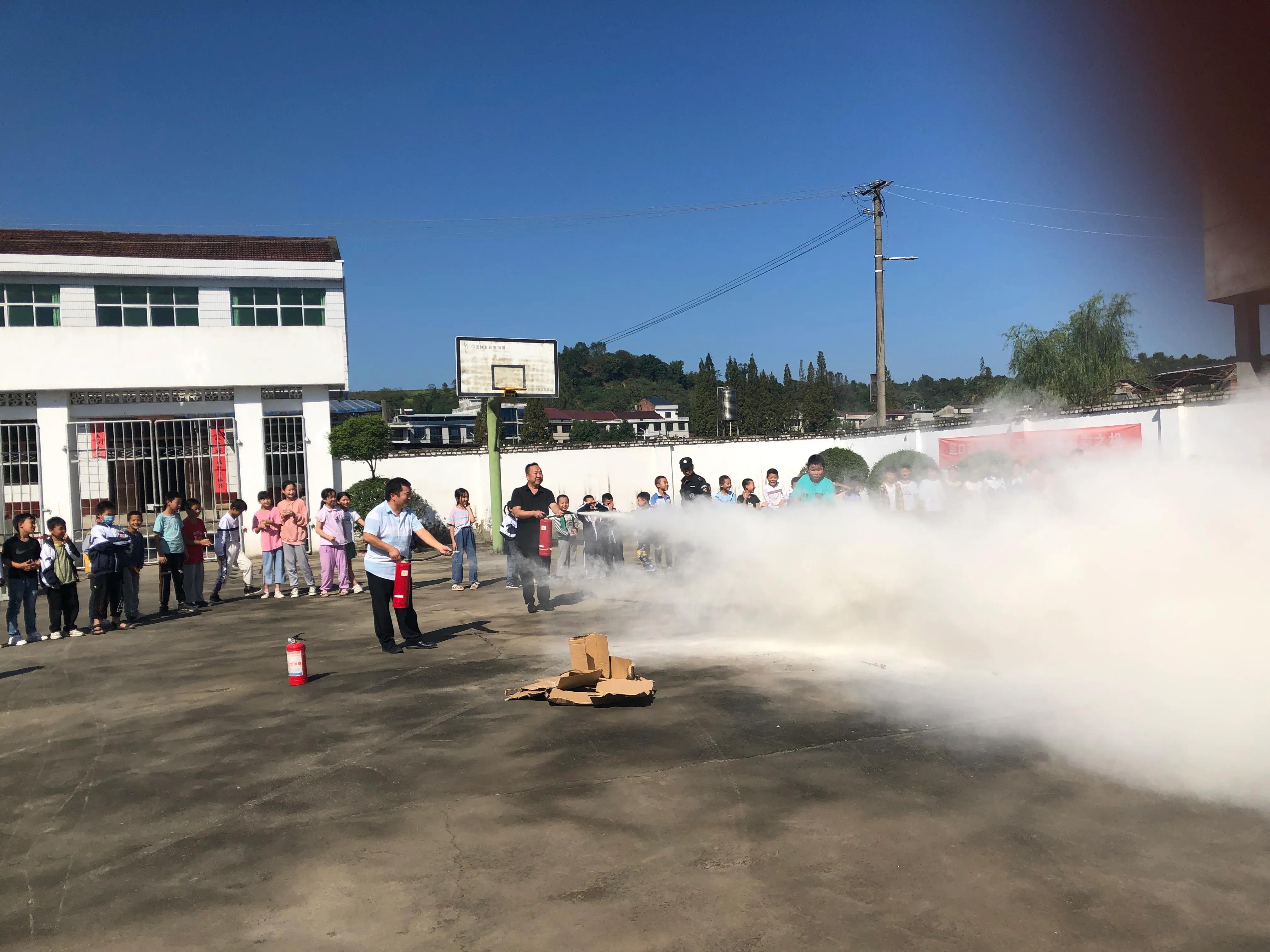 汉滨区五里镇李家坝小学开展秋季消防应急疏散演练活动