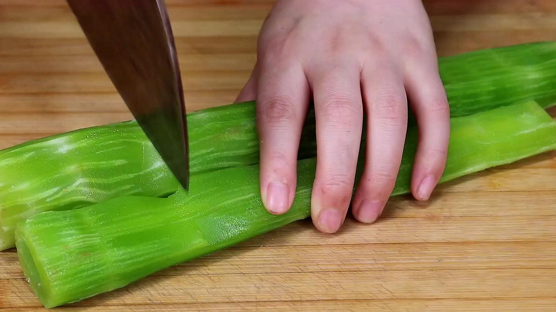 大厨教我,凉拌莴笋丝到底要不要焯水,试着一做,全家赞不绝口 美食做法 第1张