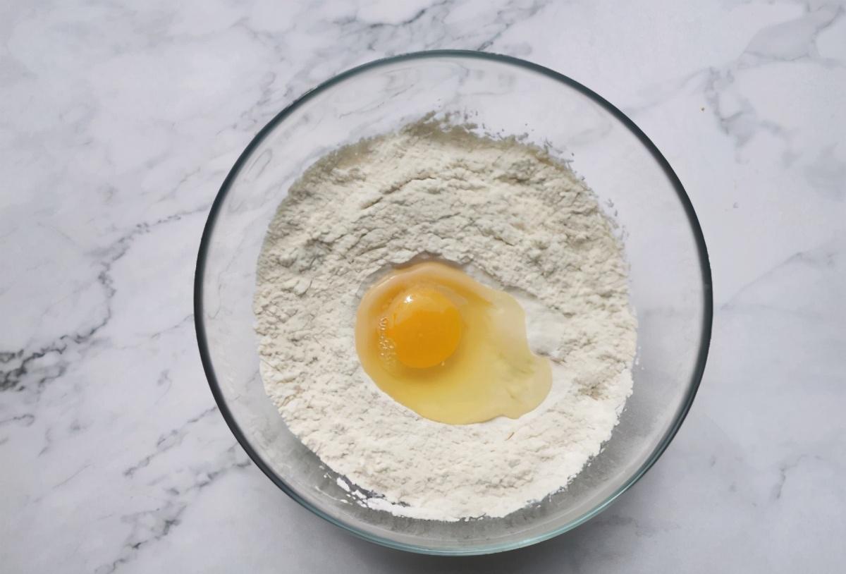 早餐不用出去买了,面粉里加1个鸡蛋,筷子一搅,5分钟就能做完