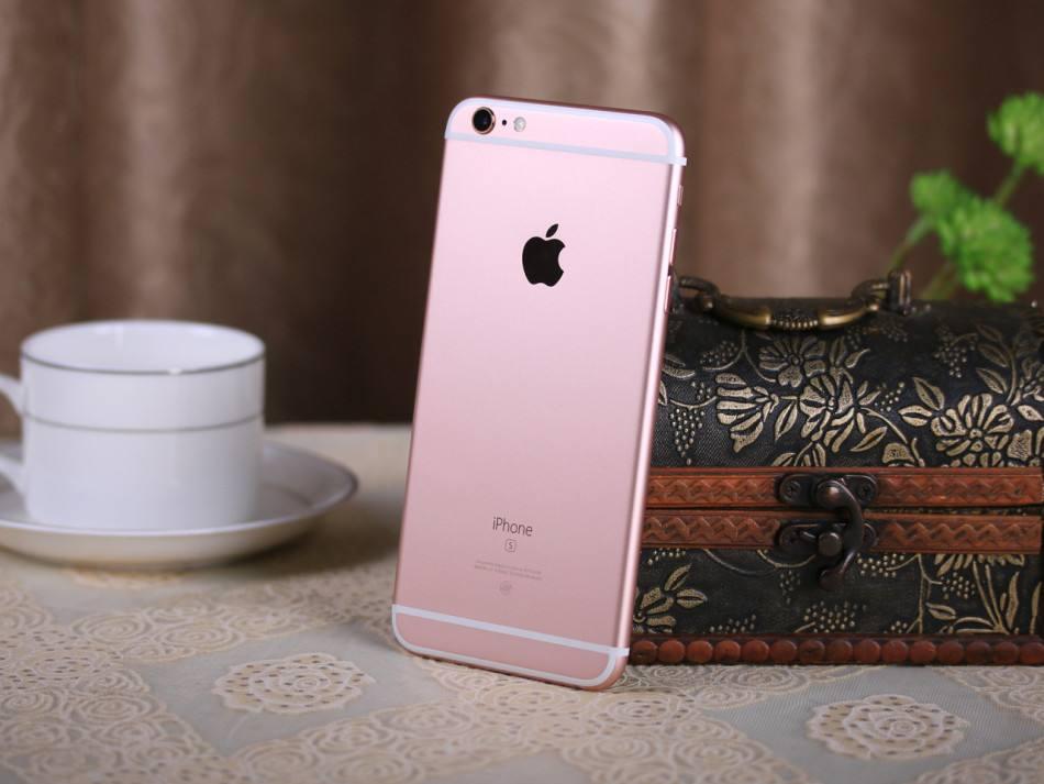 再看iPhone6s,外型精美精巧,触感舒适,合适赠给爸爸妈妈