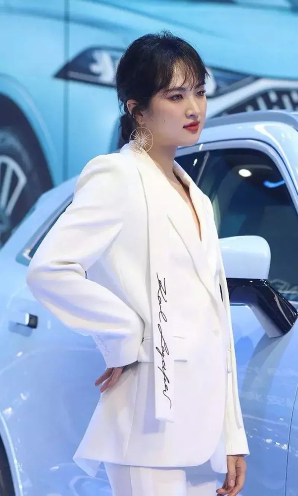 姚安娜亮相上海车展,都是任正非的女儿,不欠谁一个交代?