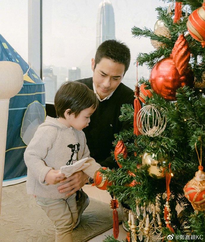 郑嘉颖陈凯琳一家四口庆祝圣诞节,全家颜值出众羡煞旁人