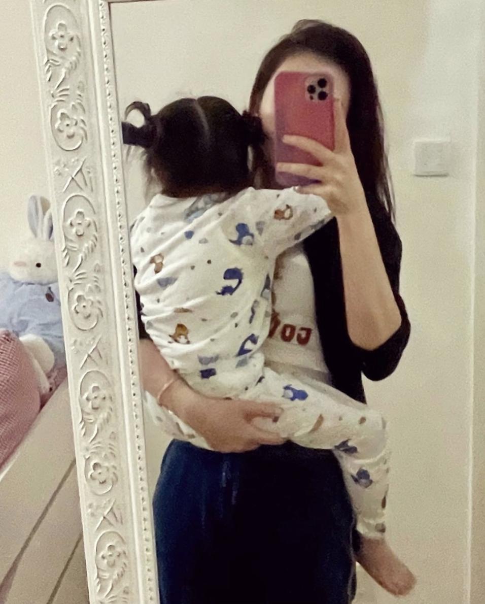 方媛深夜曬母女同框,單手抱娃媽媽力max,女兒睡前撒嬌超黏人