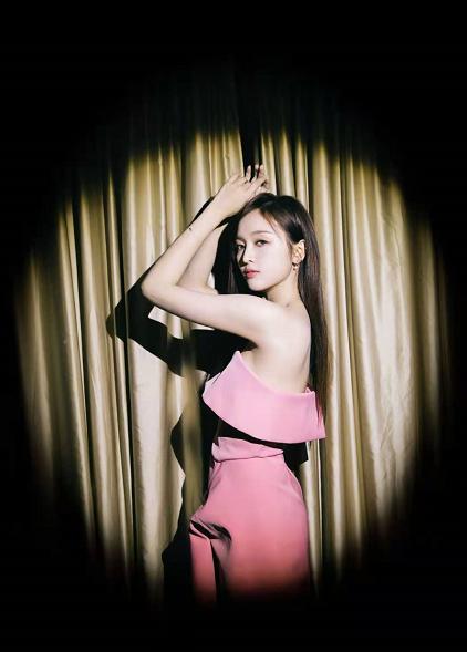 吴宣仪身着浅粉色绸面堆褶连衣裙,尽显甜美俏皮,少女感十足