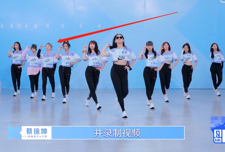 青2小组C位选拔,戴萌在前方甩帽子,我却在关注插裤袋的刘雨昕