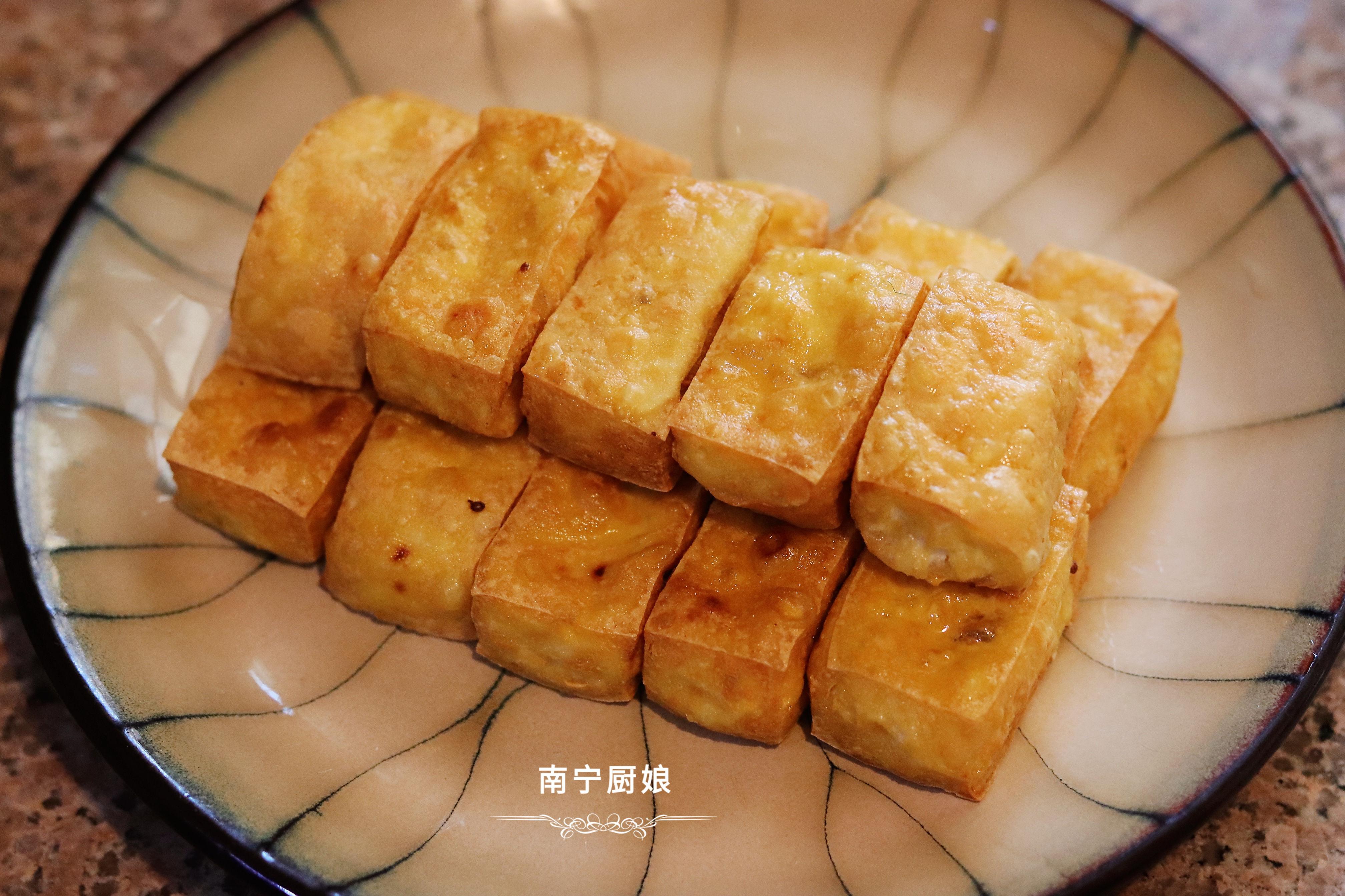 豆腐炸一炸,再和大蔥拌一拌,沒想到這麼好吃,上桌驚艷了全家人