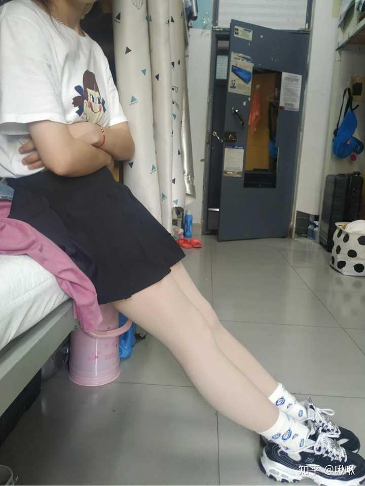 女生冬天一般穿黑色的打底裤多,还是肤色的打底裤多