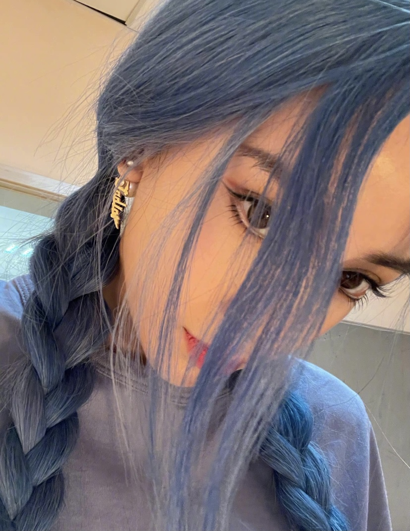 黄晓明妻子晒蓝发怼脸自拍,颜值真的绝了啊,蓝发威风凛凛我太爱了